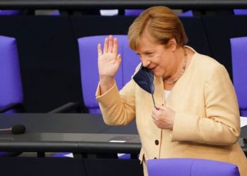 epa09452607 German Chancellor Angela Merkel reacts as she takes off her mask upon arriving for a session of the German parliament 'Bundestag' in Berlin, Germany, 07 September 2021.  EPA/CLEMENS BILAN / POOL